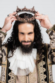 hispánský král ve středověkém oděvu se zlatou korunou izolovaný na bílém