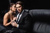 szexi nő csúszás ruha csábító férfi öltöny kezében pohár whisky fekete