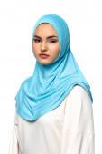 Muslimische Frau im Hidschab blickt isoliert auf weiße Kamera