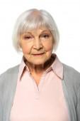 Starší žena se dívá na kameru izolovanou na bílém