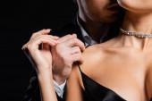vágott kilátás férfi fekete blézer és fehér ing gyengéden vetkőző nő elszigetelt fekete