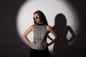 világítás stílusos modell napszemüveg pózol kezével csípő szürke