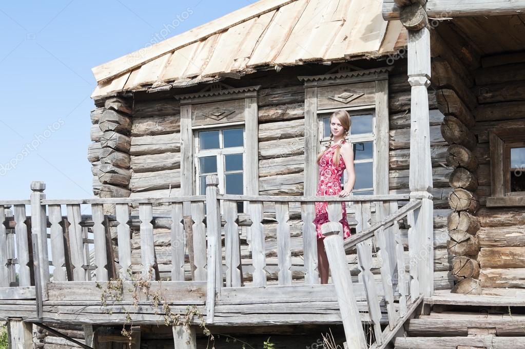 Le Porche D Une Maison fille avec des tresses sur le porche d'une vieille maison en bois