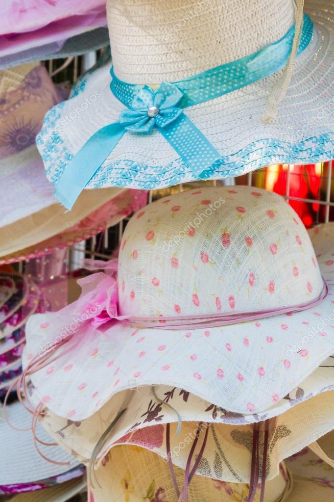 75130b6e9e526 Decoración de coloridos sombreros de verano mujer — Fotos de Stock ...