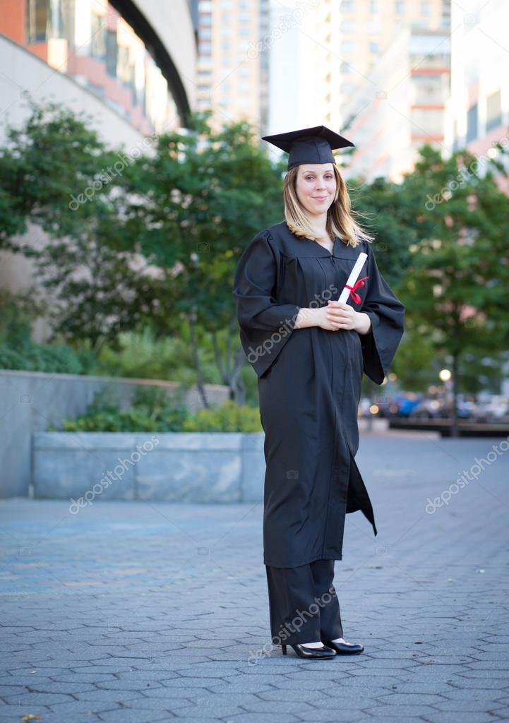 Porträt von weiblichen College-Student im Abschluss Kappe und Kleid ...