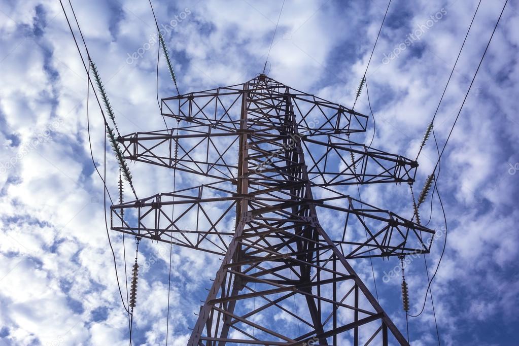 Hochspannungsleitung mit elektrische Masten auf dem Hintergrund der ...