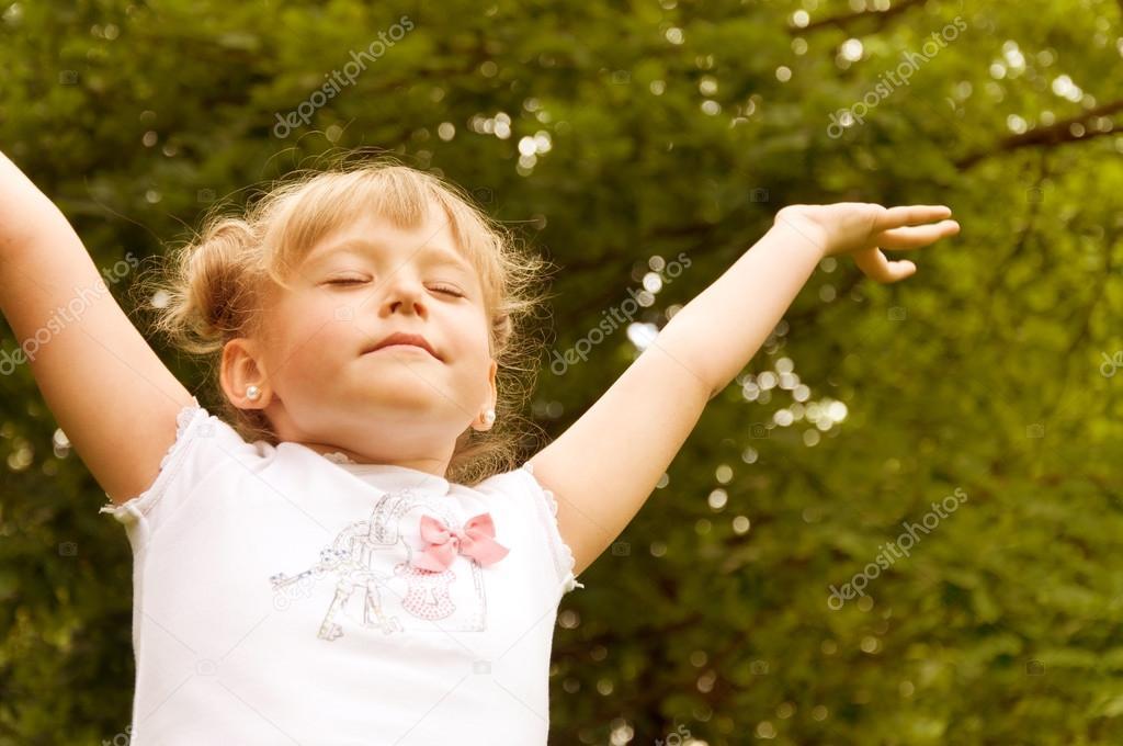 Руки вверх фото скачать. Маленькая девочка поднял руки вверх.