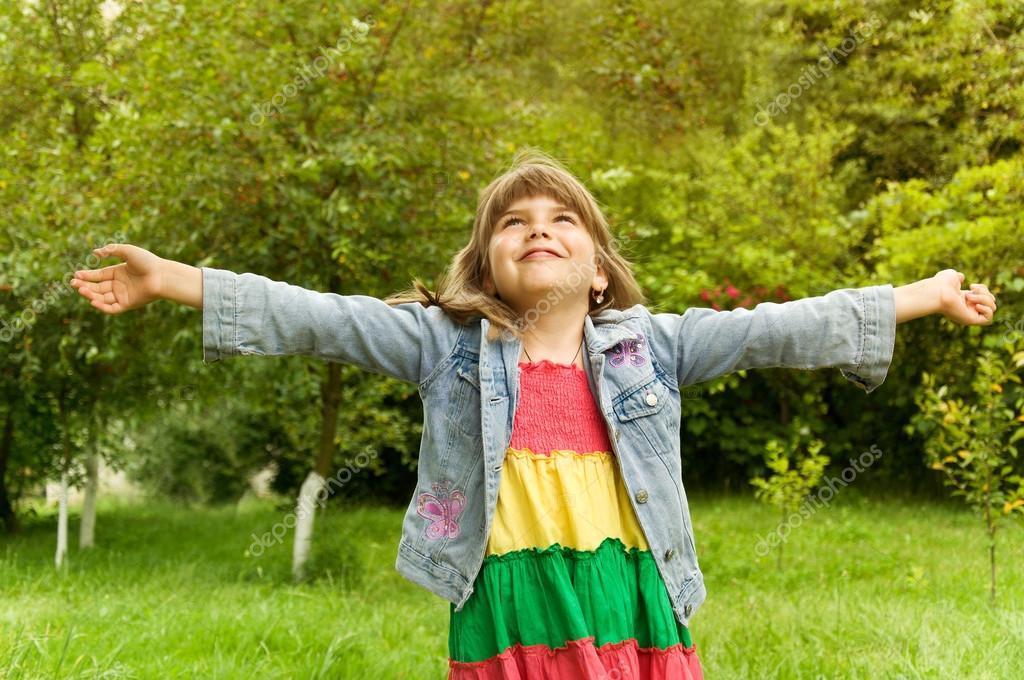 Маленькая девочка, подняв руки вверх фото | скачать.