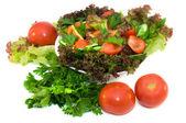 frischer salat mit tomaten und kräutern