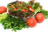 friss salátával, paradicsommal és gyógynövények
