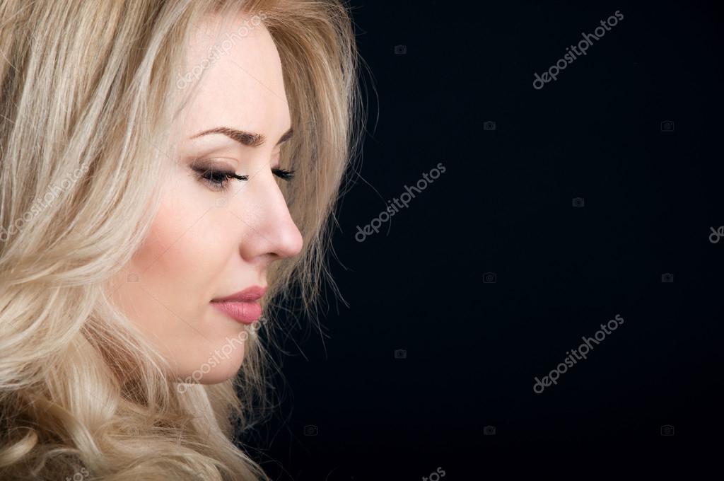 Contorno della bella bionda con capelli ricci su priorità bassa nera — Foto  di annadanilkova 1cc88f9208f1