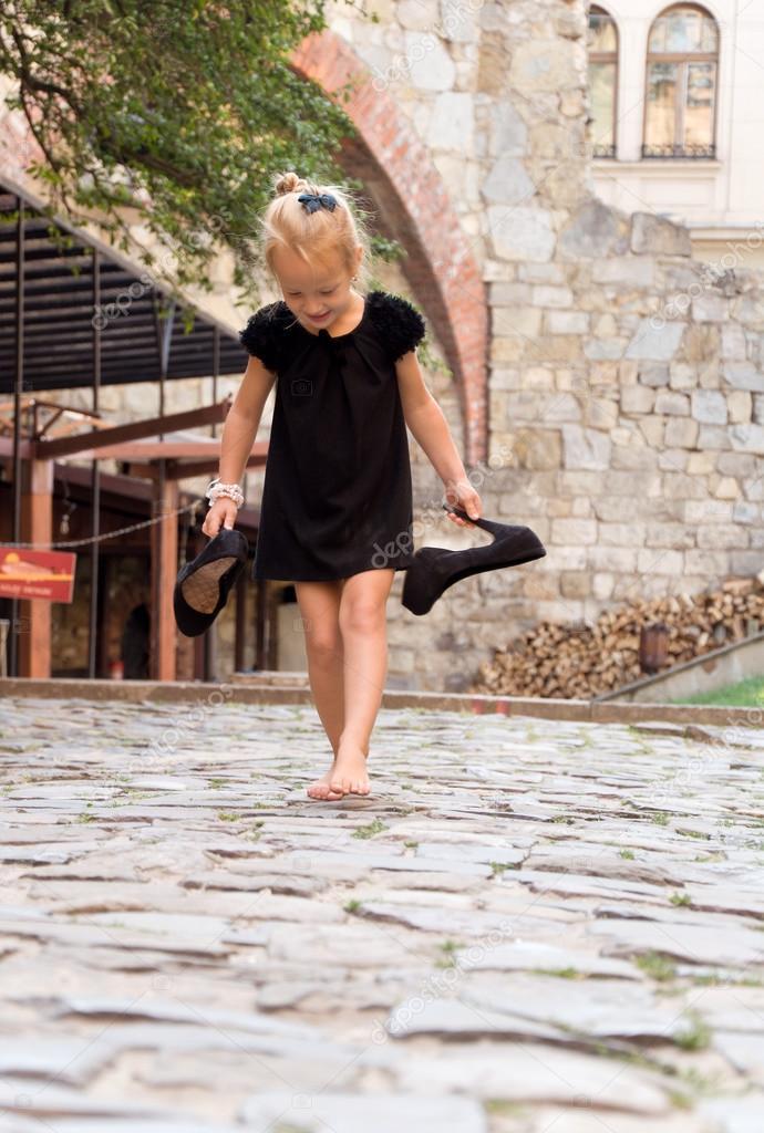 https://st2.depositphotos.com/4627131/8125/i/950/depositphotos_81255856-stock-photo-little-girl-goes-barefoot-on.jpg