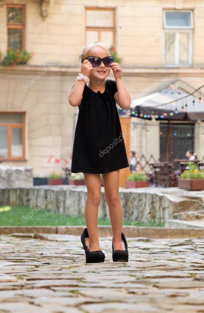 3eaa9af31ca8b niña vestida como una señora adulta — Fotos de Stock © annadanilkova ...