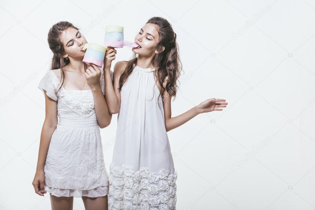 dc0d9b6bb23 Όμορφα νεαρά κορίτσια σε άσπρα φορέματα με πολύχρωμες βαμβάκι υποψ — Φωτογραφία  Αρχείου