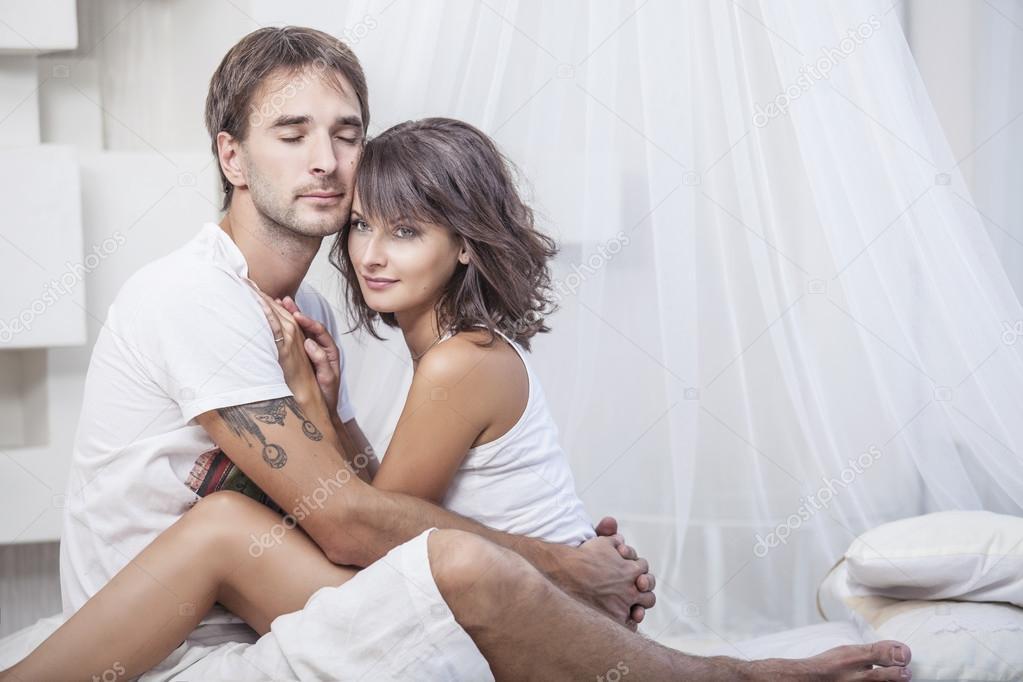 casal homem e mulher p em carinhos na cama em casa fotografias de stock kuzmichtudio 88899030. Black Bedroom Furniture Sets. Home Design Ideas