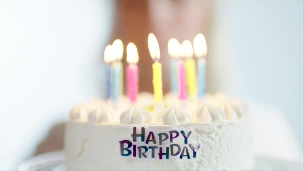 Születésnapi torta, gyertyagyújtás