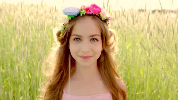 Nahaufnahme eines jungen Mädchens mit Blumenkranz im Sonnenuntergang