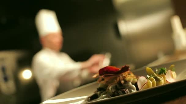 Tabulka připravené maso proti kuchař vaření Flambe
