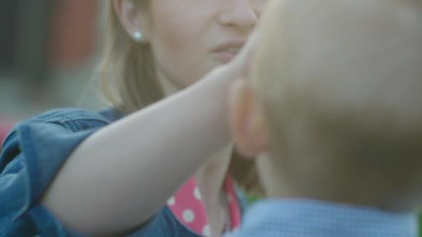 Matka, líbat její syn na čelo