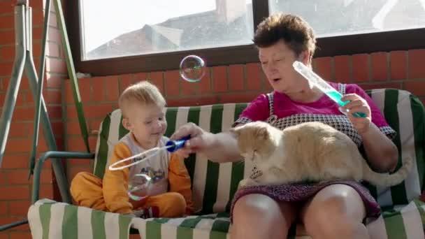 Chlapec a babička praskání mýdlové bubliny