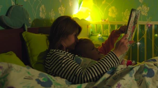 Matka a syn čtení knih v posteli