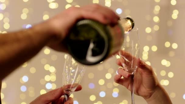 Champagner gießen und Gläser klirren