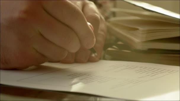 Geschäftsmann unterzeichnet zwei Kopien des Vertrages