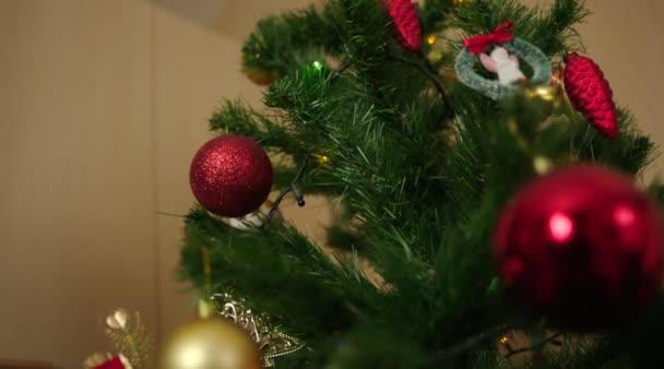 Zdobení vánočního stromku s hračkou fotbalový míč