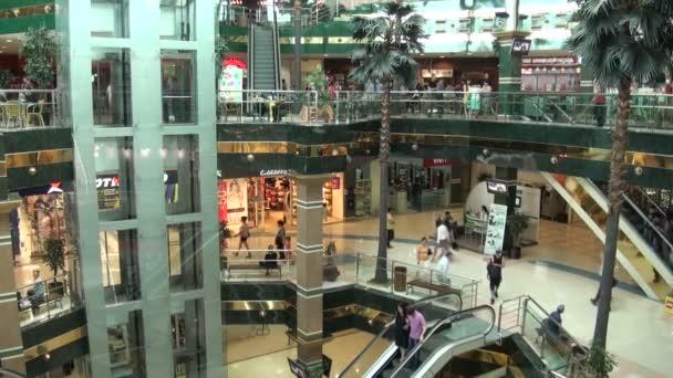 Lidé nakupují ve velkém nákupním středisku