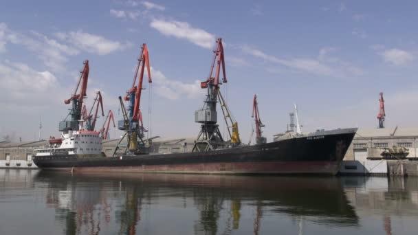 Nákladní loď v přístavu Baku