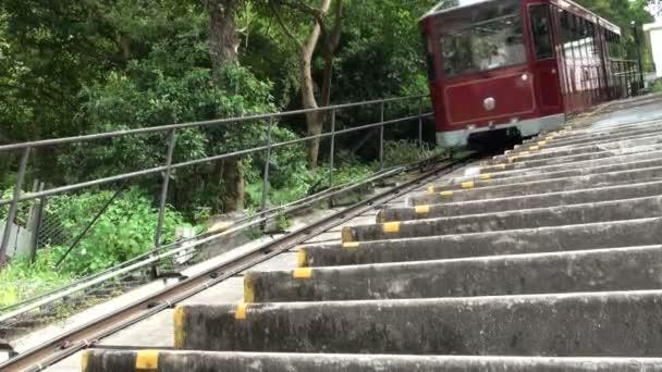 Turistická tramvaj jede z kopce