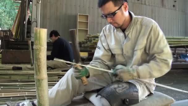 pracovník pomocí nože řezat bambus