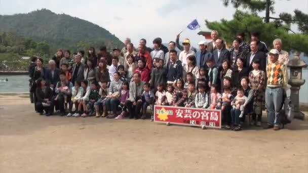 Lidé si pořizují fotografie před ostrov Mijadžima