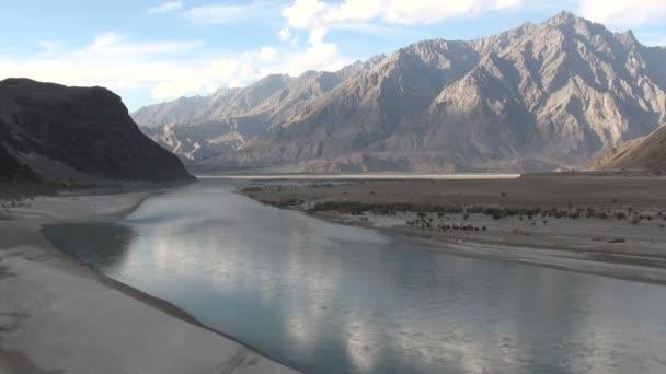 Indus řeka protéká horskou scenérií