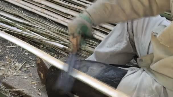 Pracovník dělené kusy bambusu.