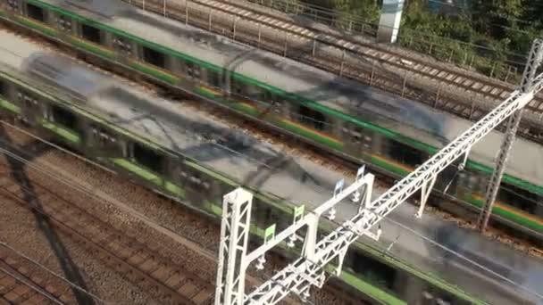 S-Bahnen fahren aneinander vorbei