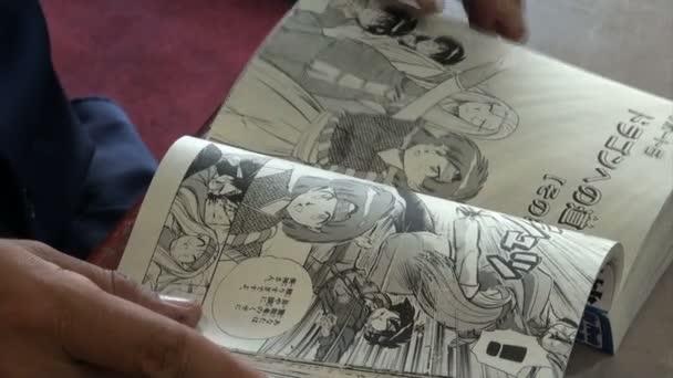 Člověk čte japonský komiks
