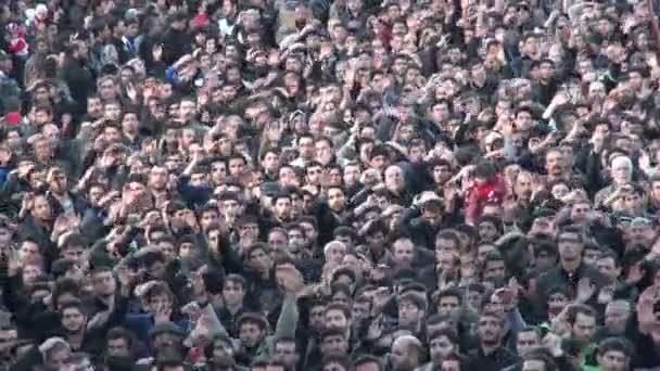 Männer nehmen an einer düsteren Parade teil