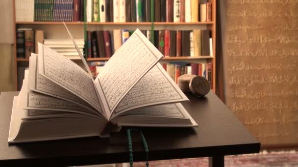 Korán otevřené na psací stůl