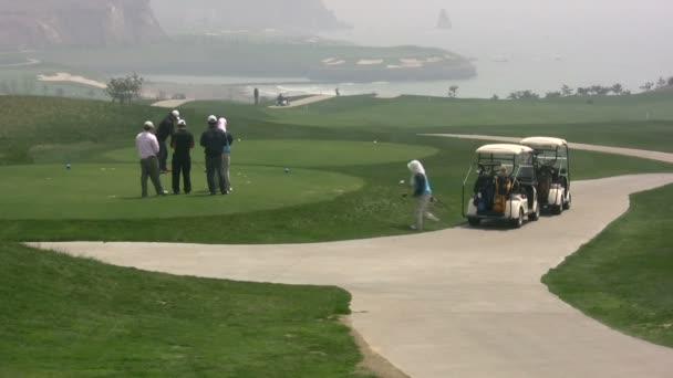 Lidé hrát golf v čínské město.