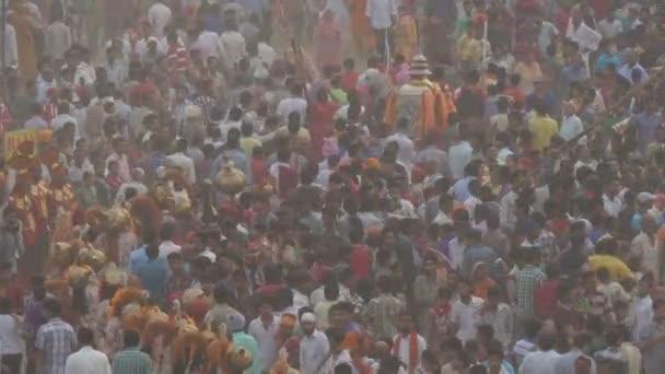 bunte Menschenmengen versammeln sich auf ein Quadrat