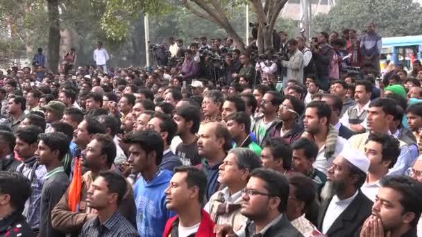 Davy lidí se shromáždili v politický protest