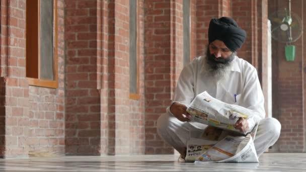 Ein nicht identifizierter Mann liest eine Zeitung