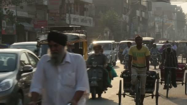 Laufwerke Verkehr durch die belebten Straßen