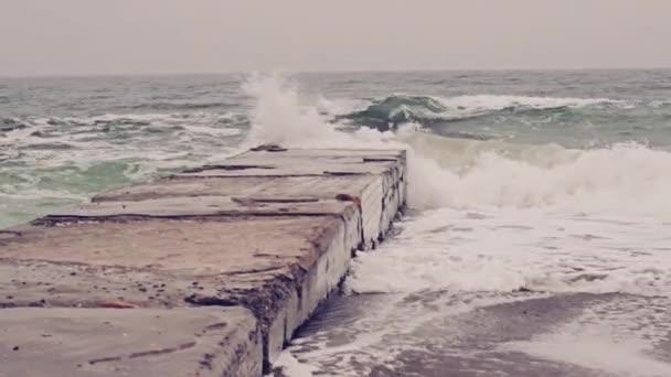 Mořské vlny, které narazilo do pier