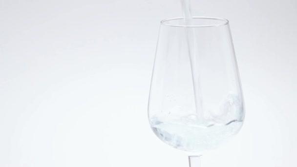 Nalijte vodu do sklenice
