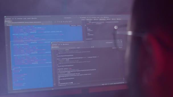 Szoros kódolás a képernyőn, fejlesztői programozás a számítógépen.