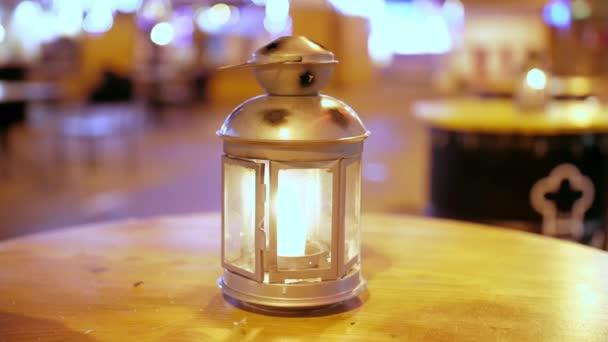 Die Stadtlaterne leuchtet hell vor dem Abendhimmel. In den historischen Stadtvierteln bleibt die Gasstraßenbeleuchtung erhalten. Nostalgisches Vintage-Feature zur Unterstützung der historischen Atmosphäre.