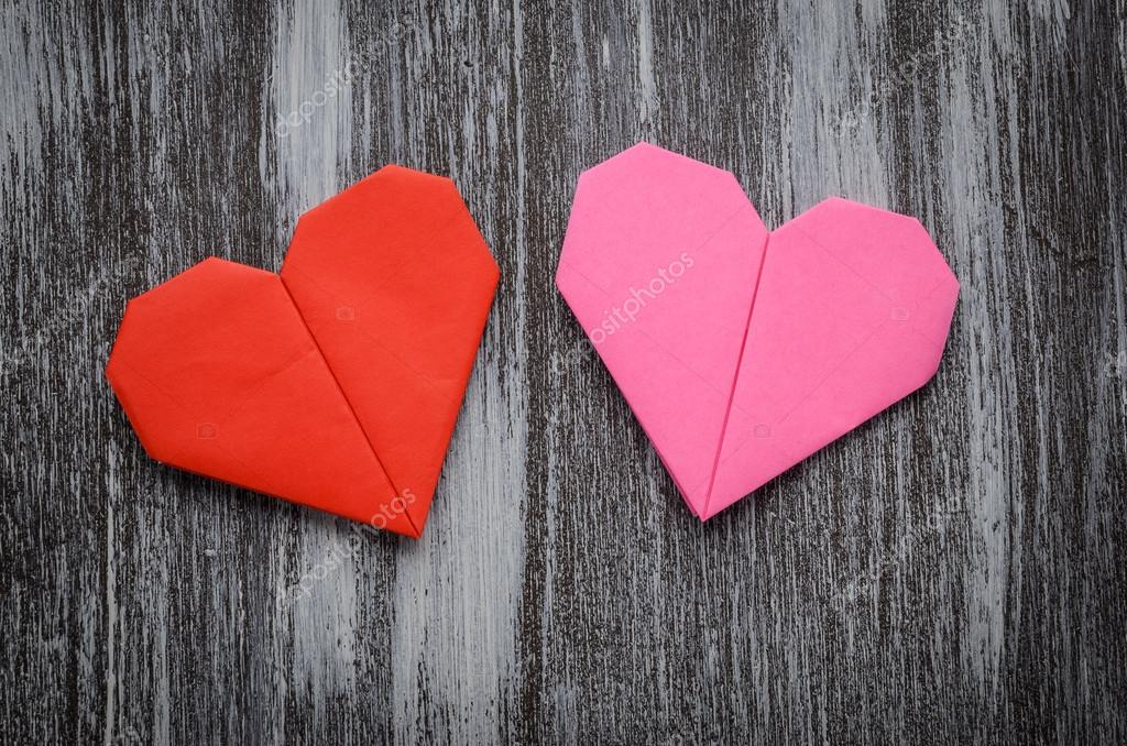 San Valentín saludo papel plegado origami amor corazón en madera bac ...