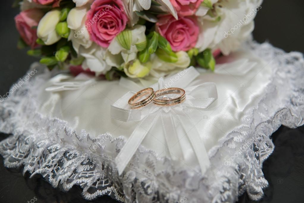 Zwei Ringe Hochzeit Kissen In Form Eines Herzens Ein Bouquet Von
